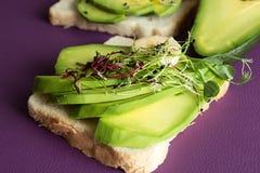 Здоровые здравицы завтрака Wholegrain кусок хлеба с cream chee Стоковое Изображение RF