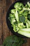 Здоровые зеленые органические сырцовые Florets брокколи готовые для варить Ра Стоковая Фотография RF
