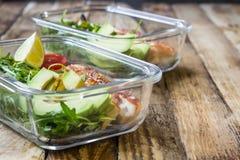 Здоровые контейнеры приготовления уроков еды с rukola, грилем индюка, томатами и авокадоом Стоковые Изображения