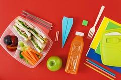 Здоровые коробки для завтрака прослаивают положение квартиры взгляд сверху сока овощей Стоковое Изображение