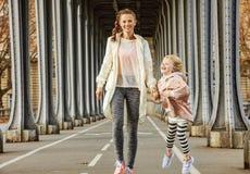 Здоровые мать и ребенок на Pont de Bir-Hakeim наводят идти стоковое фото