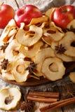 Здоровые обломоки яблока еды с крупным планом анисовки циннамона и звезды на плите вертикально стоковая фотография