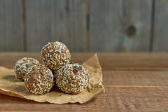 Здоровые органические укусы granola энергии с гайками, какао, сезамом и медом - vegan и вегетарианской сырцовой закуской стоковые изображения rf