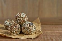 Здоровые органические укусы granola энергии с гайками, какао, сезамом и медом - vegan и вегетарианской сырцовой закуской стоковая фотография rf