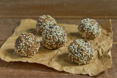 Здоровые органические укусы granola энергии с гайками, какао, черносливами, sesam и медом - vegan и вегетарианской сырцовой закус стоковое изображение rf