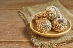 Здоровые органические укусы granola энергии с гайками, какао, черносливами, sesam и медом - vegan и вегетарианской сырцовой закус стоковое фото