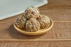 Здоровые органические укусы granola энергии с гайками, какао, черносливами, sesam и медом - vegan и вегетарианской сырцовой закус стоковое фото rf