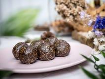 Здоровые органические шарики энергии даты с темным шоколадом, высушенными плодами и гайками Еда для здорового образа жизни стоковые фото