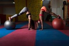 Здоровые простирания пар женщины на шарике Стоковое Изображение