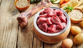 Здоровые свежие ингридиенты корма для домашних животных на деревенском поле стоковые фотографии rf