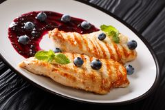 Здоровые свежие продукты: зажаренная куриная грудка с соусом ягоды и стоковые изображения rf
