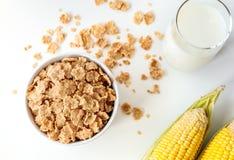 Здоровые хлопья мозоли с молоком для завтрака на таблице Стоковое Изображение