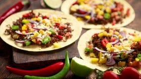 Здоровые tortillas мозоли с зажаренной говядиной, свежие горячие перцы, сыр, томаты акции видеоматериалы
