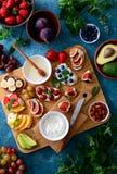 Здоровый вегетарианский завтрак с канапе стоковые фото