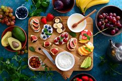 Здоровый вегетарианский завтрак с канапе стоковые изображения rf