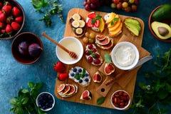 Здоровый вегетарианский завтрак с канапе стоковое фото