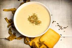 Здоровый вегетарианский суп, сметанообразный суп гриба в шаре на таблице стоковое изображение rf
