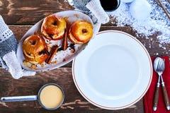 Здоровый десерт зимы заполненных испеченных яблок Стоковые Изображения RF