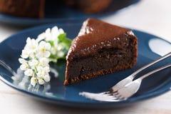 Здоровый десерт Торт вишни птицы при украшенная замороженность шоколада Стоковое Изображение RF