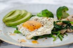 Здоровый домодельный завтрак с яйцами, грибами, брокколи и Spi стоковая фотография