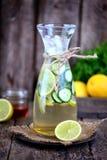 Здоровый домодельный лимонад сделанный из столетника известки, огурца и сиропа с льдом Деревенский стиль, старая деревянная предп Стоковое Изображение RF