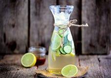 Здоровый домодельный лимонад сделанный из столетника известки, огурца и сиропа с льдом Деревенский стиль, старая деревянная предп Стоковые Изображения RF