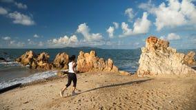 Здоровый женский ход вдоль пляжа в утре Стоковое Изображение
