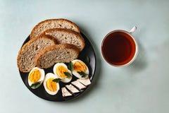 Здоровый завтрак, диета, вареные яйца, хлеб, масло, зеленый цвет, чай Стоковая Фотография