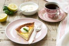 Здоровый завтрак сделанный из мягкого сотейника творога с пылом овсяной каши и лимона, который служат со сметаной и мятой стоковая фотография rf