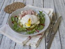 Здоровый завтрак, сладкие картофели, сыр, авокадо, ветчина, краденное яйцо и зеленые цвета со всем хлебом зерна еда диетпитания З стоковое фото