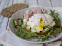 Здоровый завтрак, сладкие картофели, сыр, авокадо, ветчина, краденное яйцо и зеленые цвета со всем хлебом зерна еда диетпитания З стоковые изображения rf
