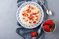 Каша овсяной каши с клубниками Здоровый завтрак со свежими органическими ягодами стоковое изображение rf