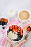 Здоровый завтрак с кашой овсяной каши, свежими ягодами и кофе стоковые изображения rf