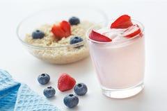 Здоровый завтрак с клубниками и кашой югурта с голубиками Стоковые Изображения RF