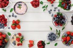 Здоровый завтрак с ягодами и югуртом на белом деревянном столе Стоковые Изображения