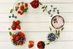 Здоровый завтрак с ягодами и югуртом на белом деревянном столе Стоковое Изображение