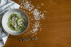 Здоровый завтрак, шар югурта добавляет плодоовощ кивиа, семя Chia, овес стоковое изображение
