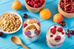 Здоровый завтрак: югурт с granola и плодоовощами Стоковое Фото