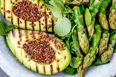 Здоровый зажаренный салат авокадоа и спаржи с linen семенами Серая предпосылка шифера Взгляд сверху Стоковое Изображение