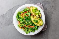 Здоровый зажаренный салат авокадоа и спаржи с linen семенами Серая предпосылка шифера Взгляд сверху Стоковое Изображение RF