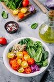 Здоровый зеленый салат шара с шпинатом, квиноа, желтыми и красными томатами, луками и семенами Стоковые Изображения RF
