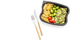Здоровый и сердечный обед для работника офиса Росток Брюсселя овощей, томаты вишни, фасоли стука приближает к макаронным изделиям Стоковые Изображения