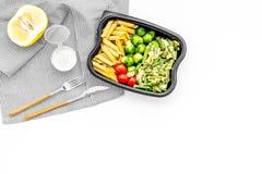 Здоровый и сердечный обед для работника офиса Росток Брюсселя овощей, томаты вишни, фасоли стука приближает к макаронным изделиям Стоковое Изображение