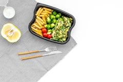 Здоровый и сердечный обед для работника офиса Росток Брюсселя овощей, томаты вишни, фасоли стука приближает к макаронным изделиям Стоковая Фотография RF