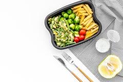 Здоровый и сердечный обед для работника офиса Росток Брюсселя овощей, томаты вишни, фасоли стука приближает к макаронным изделиям Стоковое Фото
