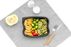 Здоровый и сердечный обед для работника офиса Росток Брюсселя овощей, томаты вишни, фасоли стука приближает к макаронным изделиям Стоковые Фотографии RF