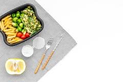 Здоровый и сердечный обед для работника офиса Росток Брюсселя овощей, томаты вишни, фасоли стука приближает к макаронным изделиям Стоковые Изображения RF