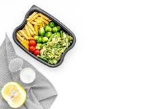 Здоровый и сердечный обед для работника офиса Росток Брюсселя овощей, томаты вишни, фасоли стука приближает к макаронным изделиям Стоковое фото RF