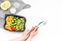 Здоровый и сердечный обед для работника офиса Росток Брюсселя овощей, томаты вишни, фасоли стука приближает к макаронным изделиям Стоковое Изображение RF
