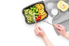 Здоровый и сердечный обед для работника офиса Росток Брюсселя овощей, томаты вишни, фасоли стука приближает к макаронным изделиям Стоковая Фотография